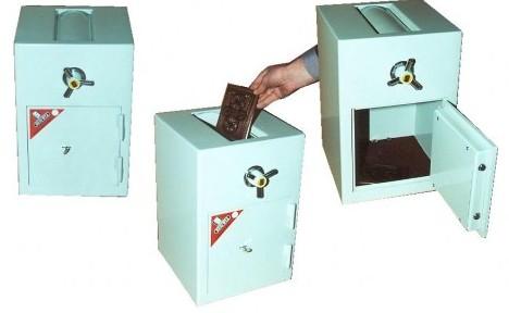 Seifas su įmetimo mechanizmu